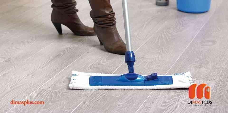 limpieza de suelos fregando