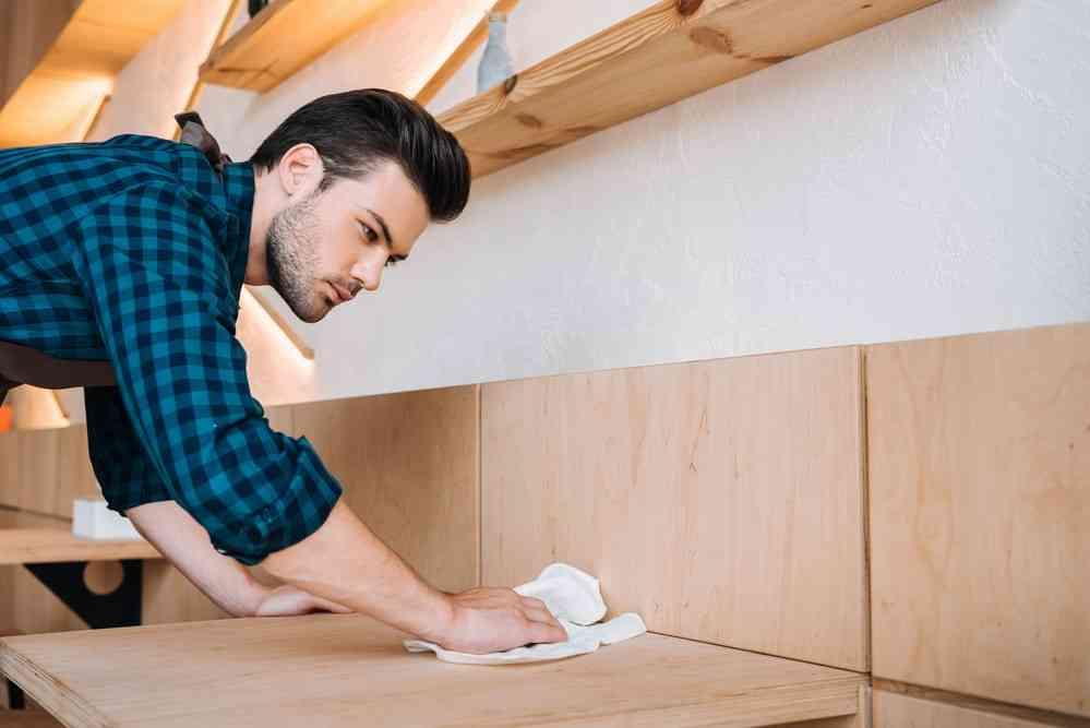 Cum să curățați lemnul lacuit