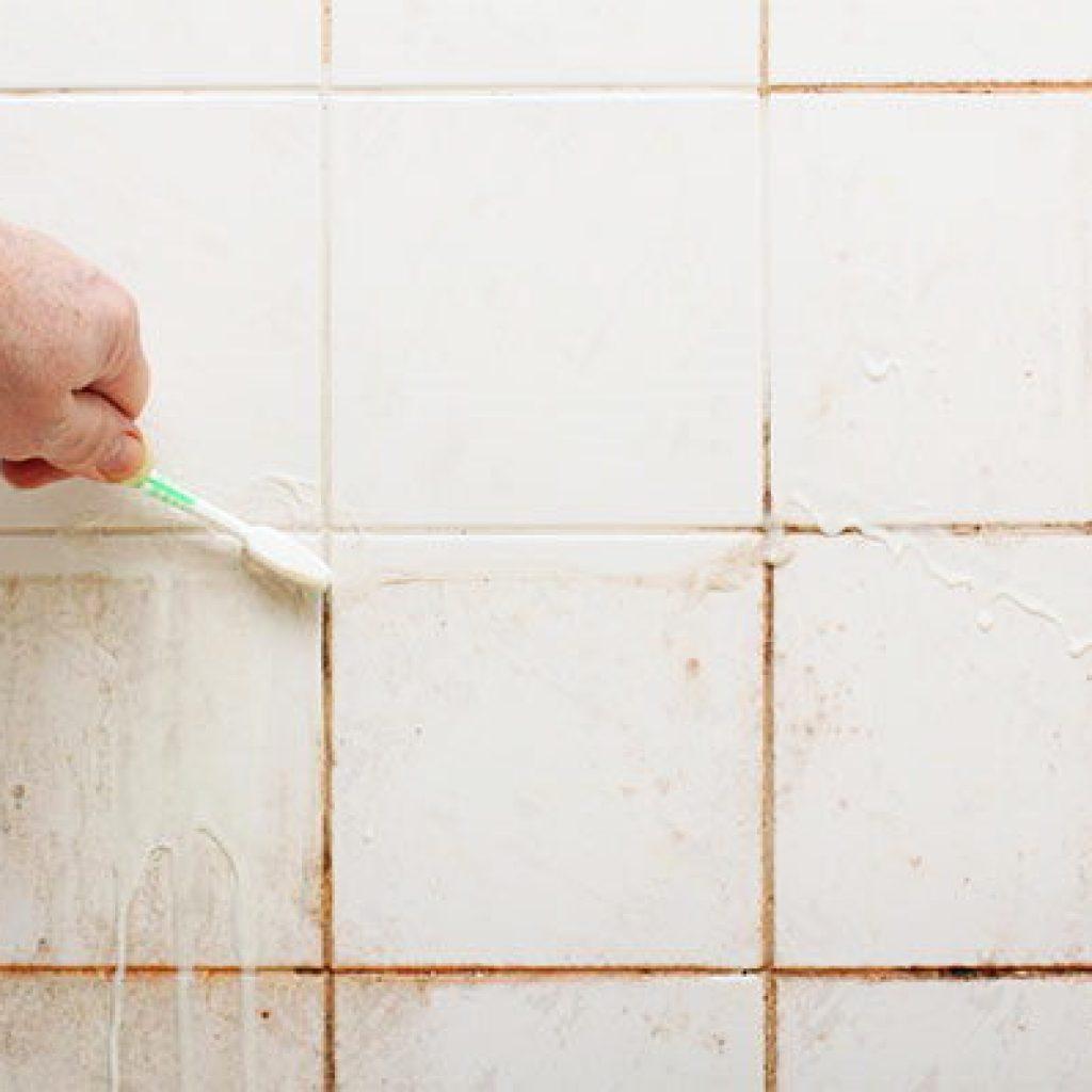 Cómo limpiar juntas del suelo negras